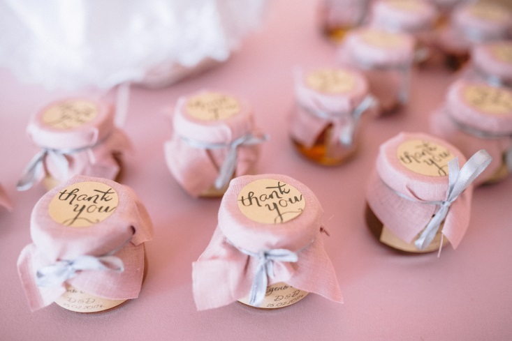 Small jars of thank-you gifts at wedding